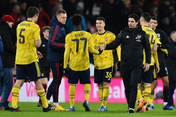 Mikel Arteta shakes hands with his Arsenal players. (Getty Images)